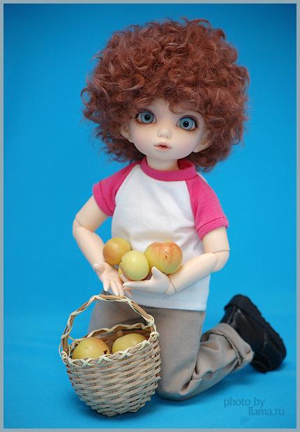 Крис с корзиной яблок